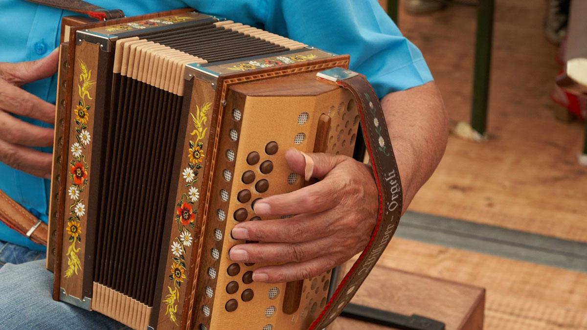 Ein Musikant spielt ein Schwyzerörgeli an der Ländlerstubete