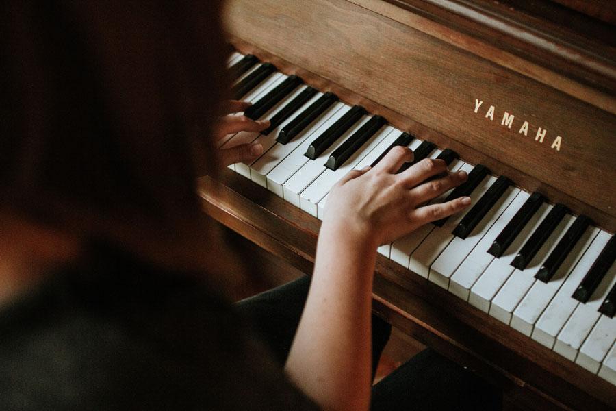 Eine Musikantin spielt Klavier an der Ländlerstubete
