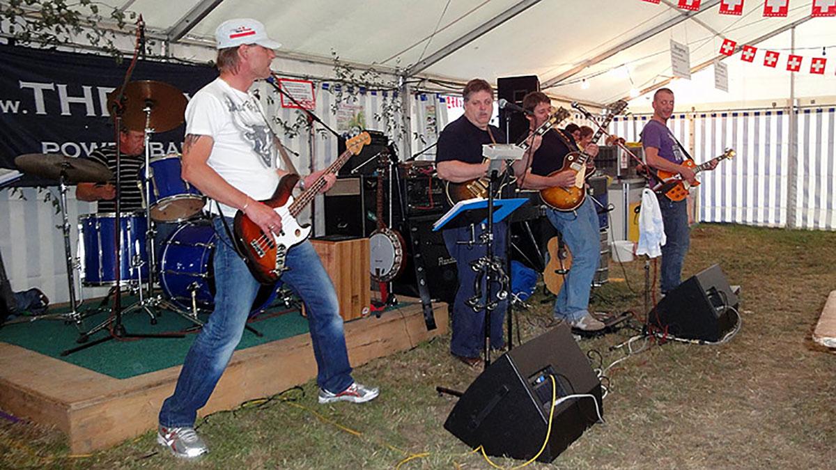 The Six spielt im Bauernhof ein Open-Air-Konzert